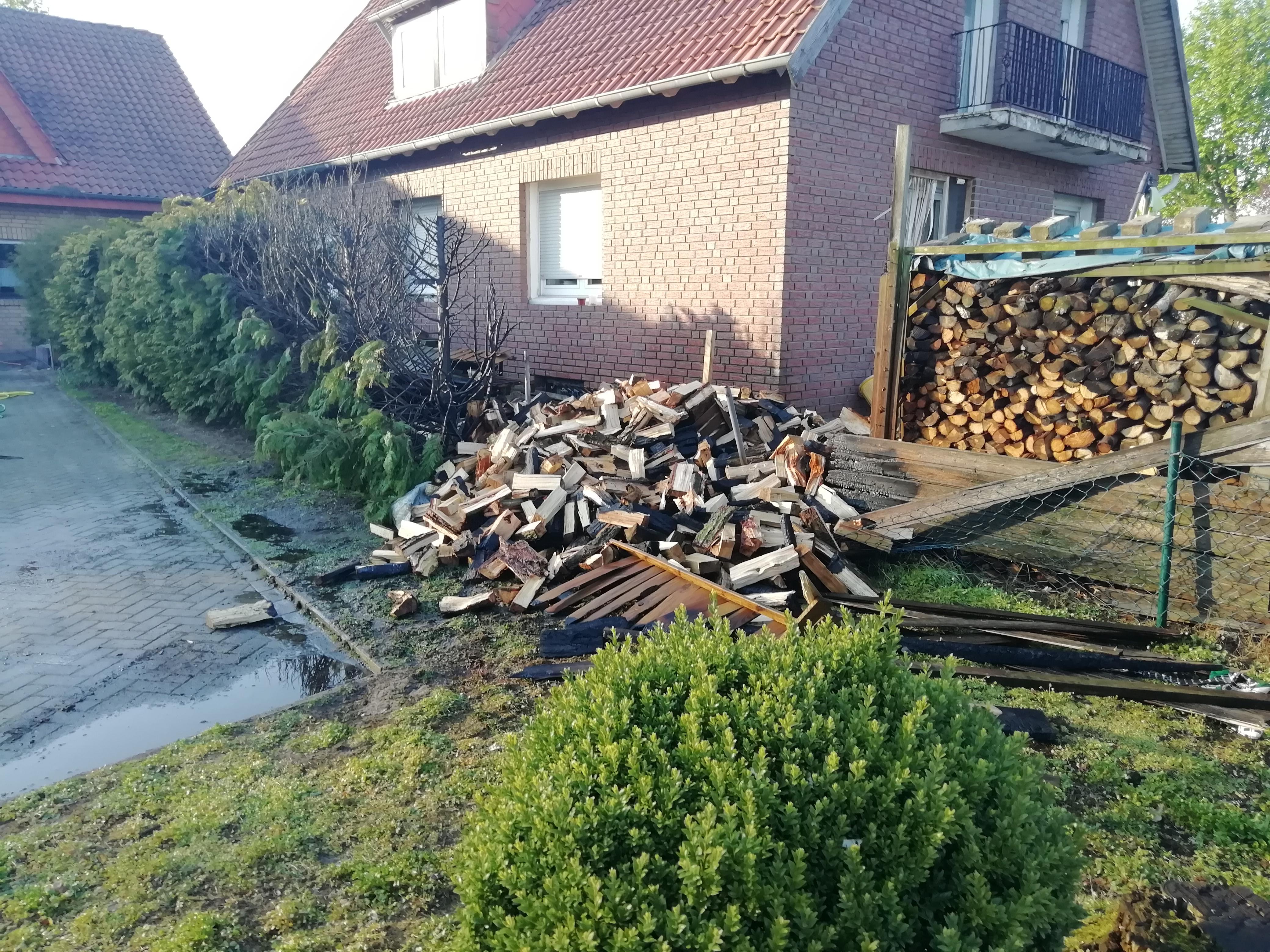 Holzstapel und Heckenbrand