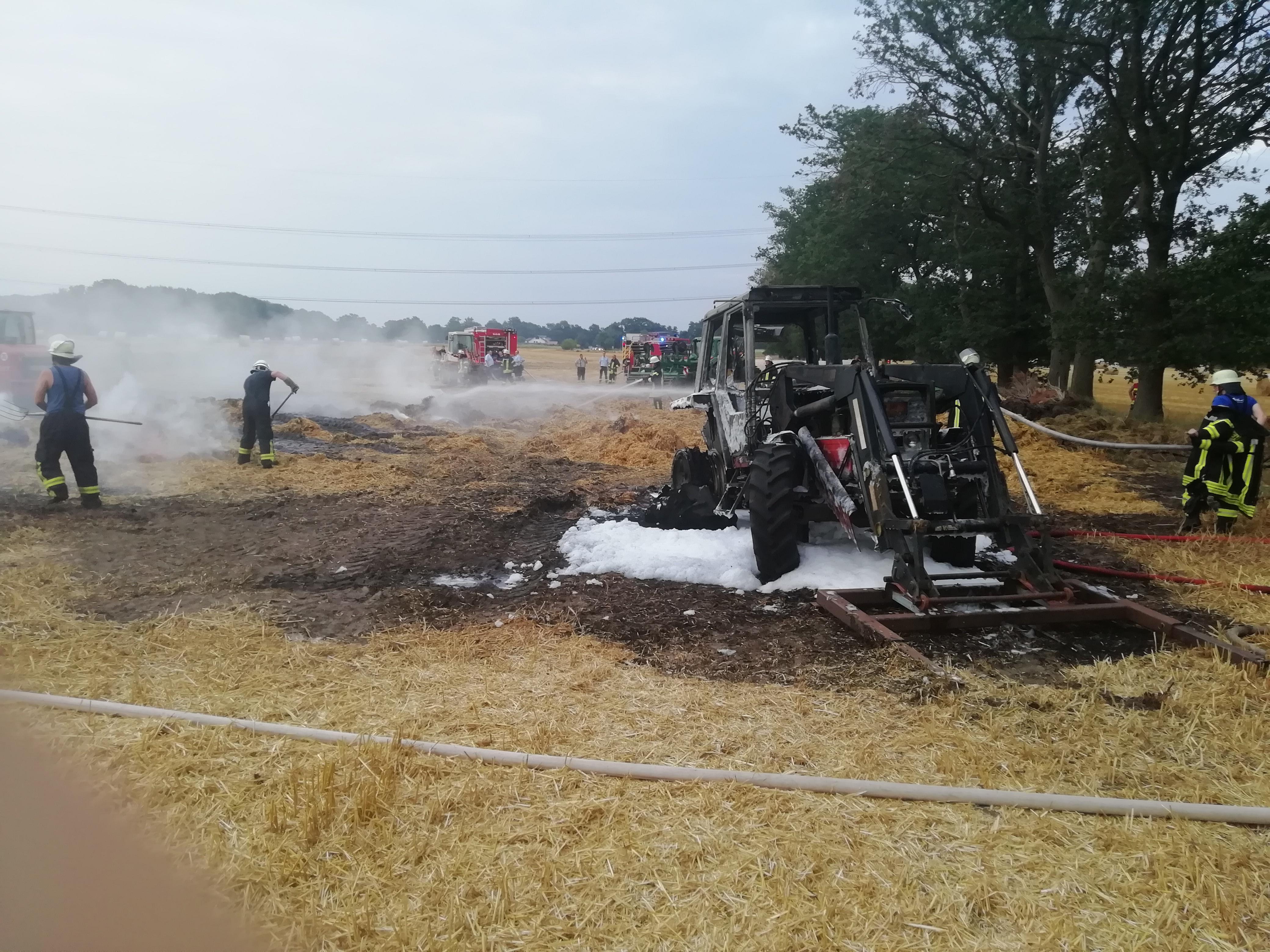 Strohballen und Zugmaschine brennen